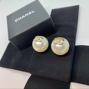 CHANEL White Jumbo Xl Pearl Ball Gold Cc Pierced